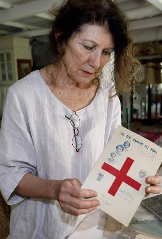 Mercedes Unzeta Gullón con uno de los folletos que se editaron en Astorga al poco del asesinato de las enfermeras. MARCIANO PÉREZ