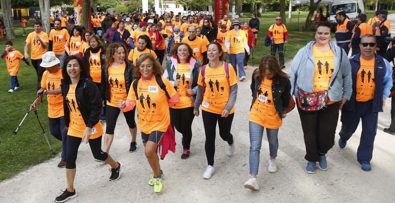 El parque de La Candamia vivió ayer una animada mañana con la marea naranja para concienciar a la sociedad sobre la importancia de la salud mental. FERNANDO OTERO.