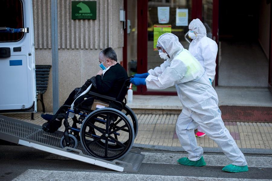 Un anciano trasladado desde una residencia en la que se detectaron casos de contagio. BRAIS LORENZO (EFE)