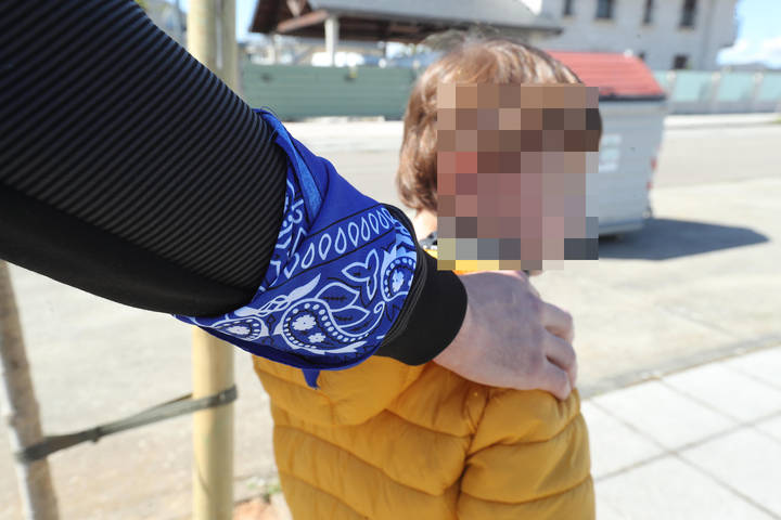 Un padre acompaña a su hijo autista por una calle de Ponferrada. L. DE LA MATA