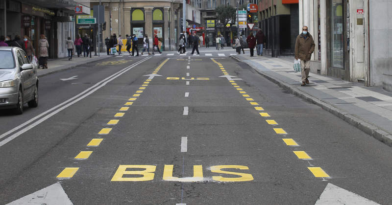 Carril bus en medio de los dos carriles